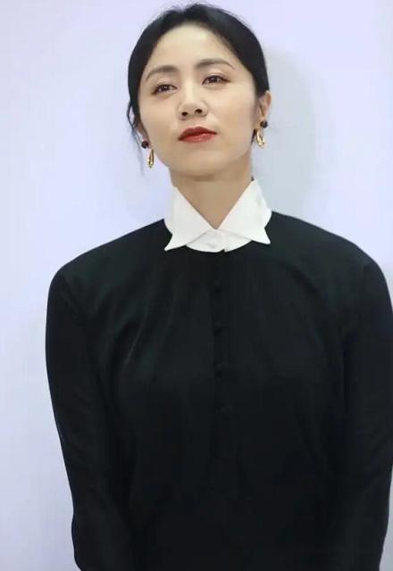 黄磊老婆孙莉罕露面,黑裙红唇气质优雅,不敌岁月眼神沧桑