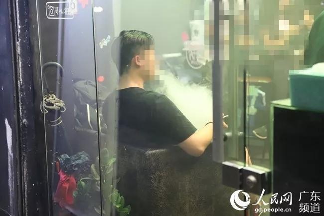 """媒体调查电子烟:与其说是""""戒烟神器"""",不如说是替烟用品"""