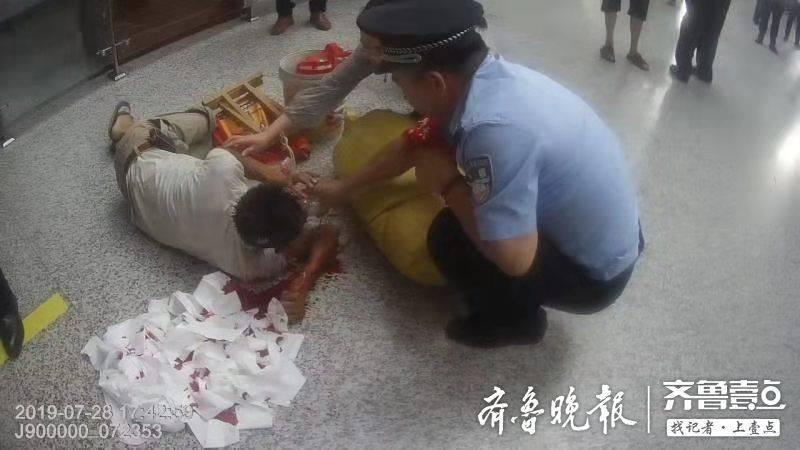 山东曲阜男子候车时吐血晕倒,众人合力紧急救助