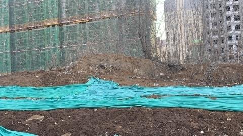 【啄木鸟在行动】济南市历下区智远街道中垠御苑有大片渣土未覆盖完全