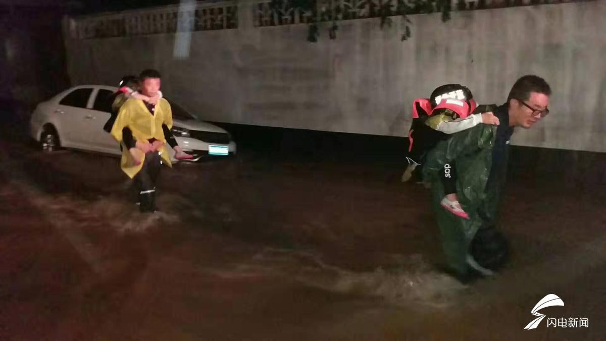 组图丨洪水不退我们不退!内涝未解除,山东蓝天救援队坚守皋西村