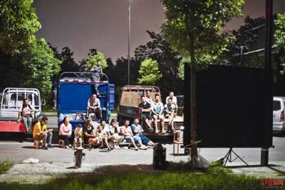 """""""移动电影院"""":货车司机群落的""""众筹""""夜生活"""