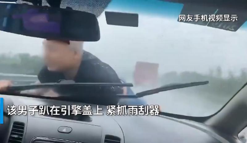 男子被顶引擎盖雨中疾驰 现场画面让人揪心,一不留神就是车毁人亡的场面!