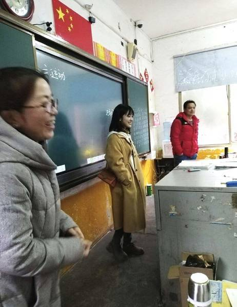 沈月回母校看望老师 网友:与路人合影一米三既视感