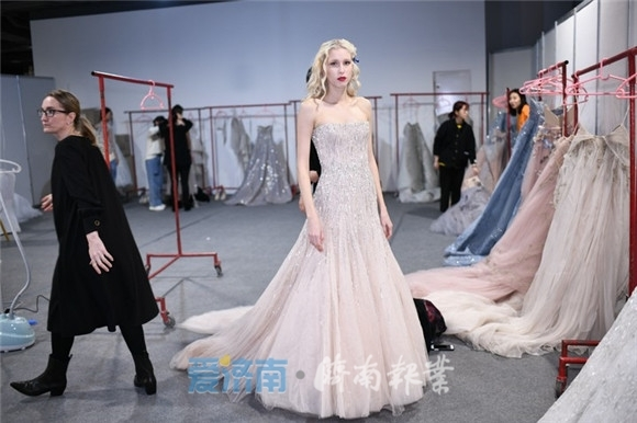 济南报业独家实拍:时装周中外模特齐聚,后台现场试装是这样的