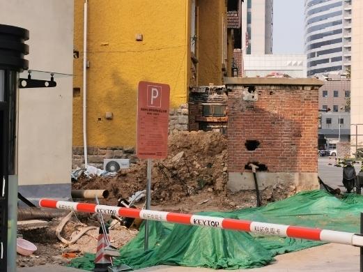 【啄木鸟在行动】经一路、纬二路交叉口东泰凯悦中心院内施工渣土裸露
