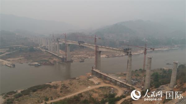 中老铁路最大跨度桥梁全桥合龙