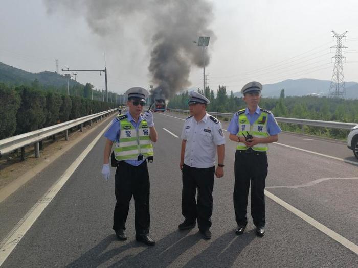 大巴车高速路上自燃 19名乘客有惊无险