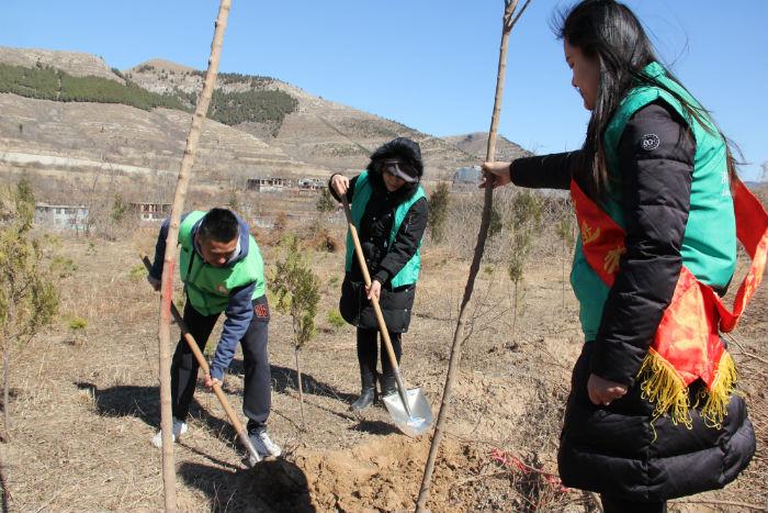 献给环境的爱:植绿护绿 共享健康——凤凰彩票北京pk10计划软件市疾控中心组织开展植树活动