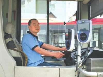 温暖!成都一公交司机用车灯照亮夜行母子前路