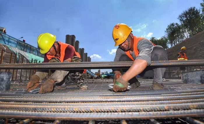 济南世纪大道工程:工人头顶烈日脚触高温忙施工