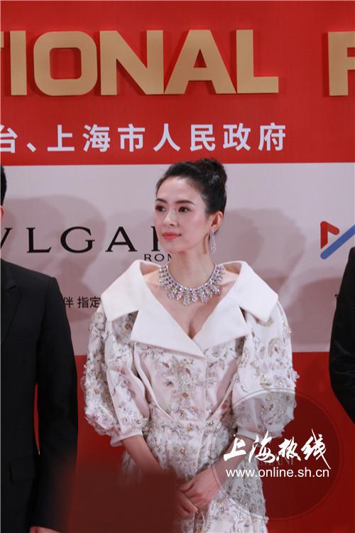 章子怡亮相上影节开幕红毯 白色长裙显高贵典雅