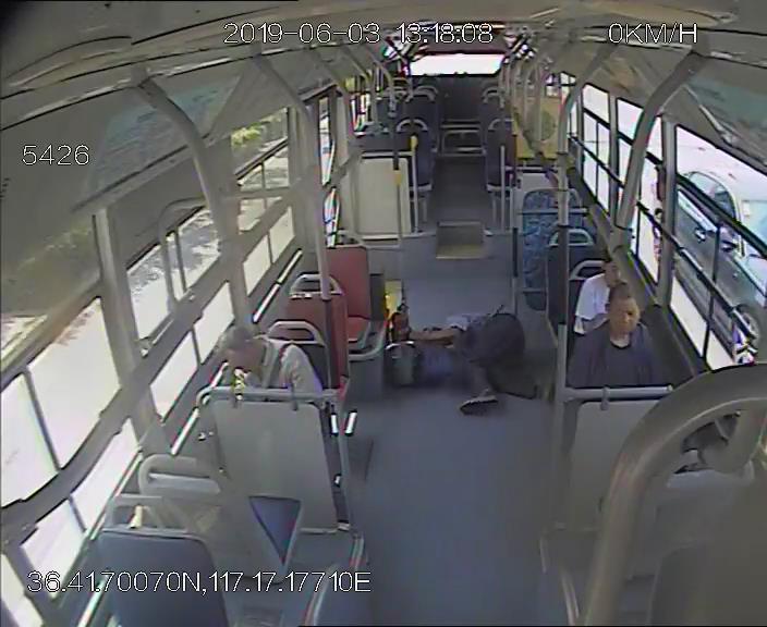 老大爷坐公交突然晕倒,驾驶员和...