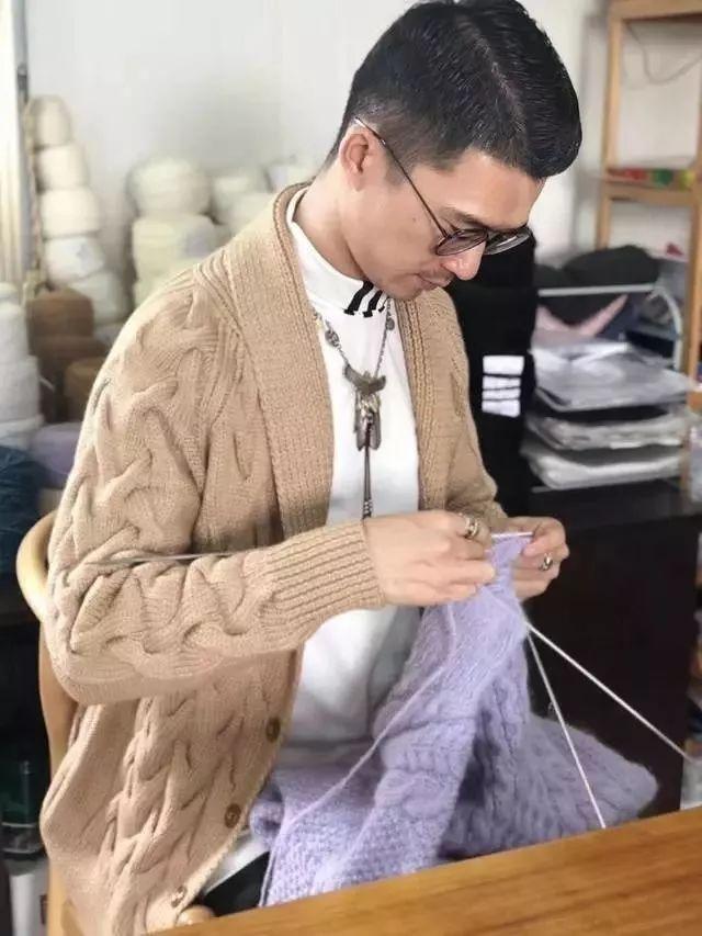"""80后小伙辞职创业织毛衣走红 网友:让我想起""""妈妈牌""""毛衣"""