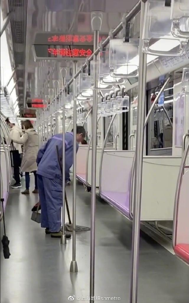 相关负责人已被约谈!上海地铁回应保洁用拖把擦座椅:未带抹布