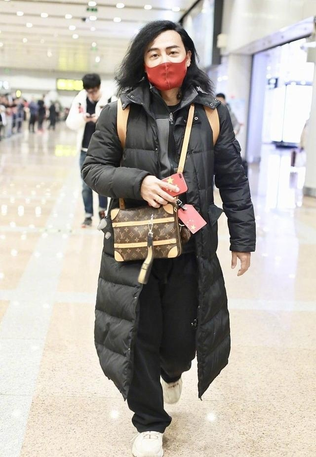 气质颓废!陈志朋机场造型神似犀利哥,名牌包背成地摊货