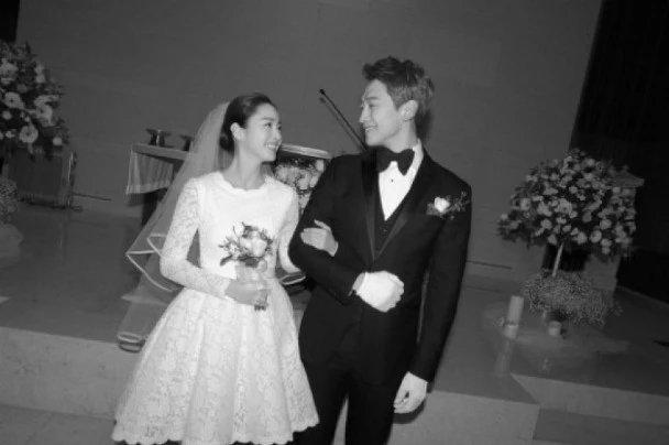39岁金泰希产后两月复出拍戏,韩国街头被偶遇白到发光
