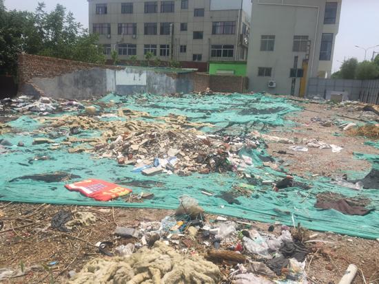 【啄木鸟在行动】二环西路高架桥刘长山路出口匝道东侧建筑垃圾覆盖不全