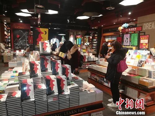 """卖咖啡卖简餐成""""打卡""""圣地……实体书店变味了吗?"""