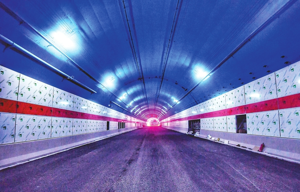 穿黄隧道开始沥青摊铺