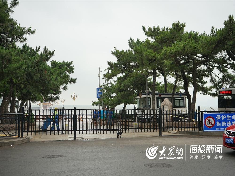 """""""利奇马""""登陆次日:青岛沿海景区依旧关闭 环卫部门全力清理路面"""