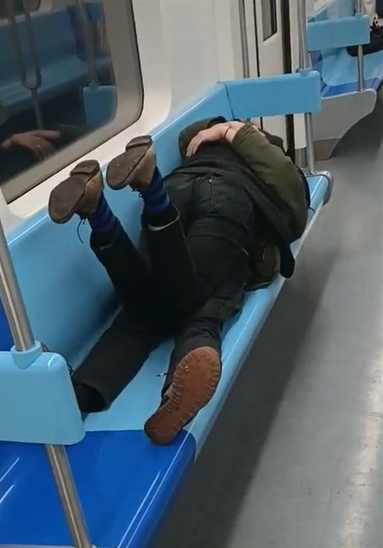 是不是来错地方了?上海地铁上一对男女睡在座椅上亲热 全然不顾其他乘客感受