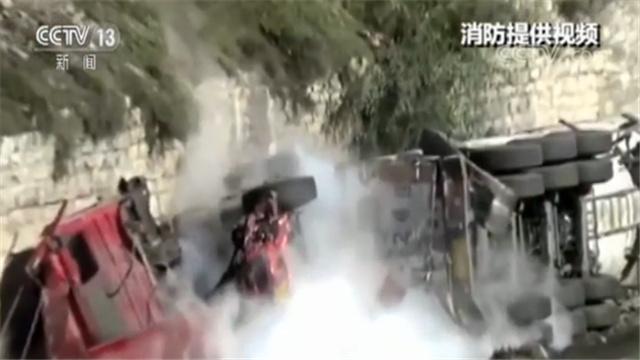 消防及时救援!装有22吨液化天然气罐车侧翻并发生泄漏
