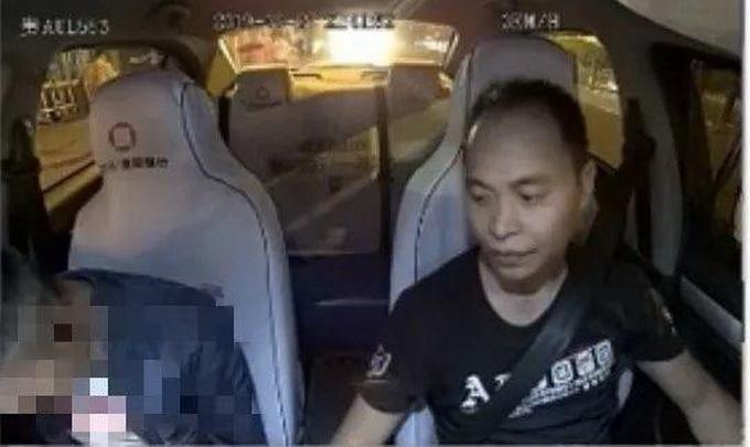 """""""你亲我一口,不亲不付钱!""""的哥无奈飞吻男乘客,最后还被投诉"""