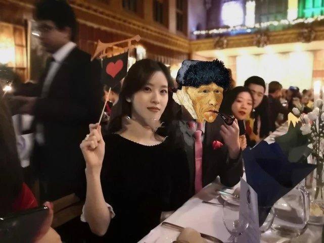 章泽天带知名经纪人出席剑桥活动,亲密合影曝光