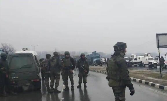 印度警车遭恐袭 42名警察部队人员死亡 死亡人数预计还会增加