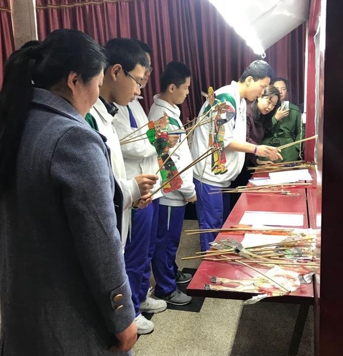 泰山皮影专家到济钢高中指导皮影艺术表演