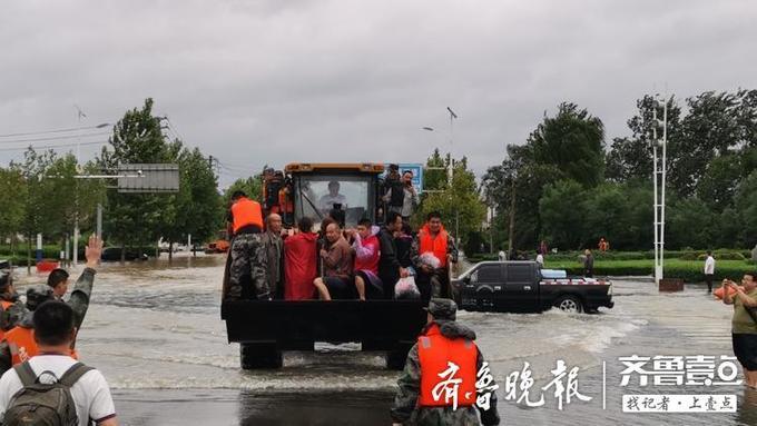 """台风""""利奇马""""过境山东,章丘受暴雨侵袭,启动铲车救人!"""