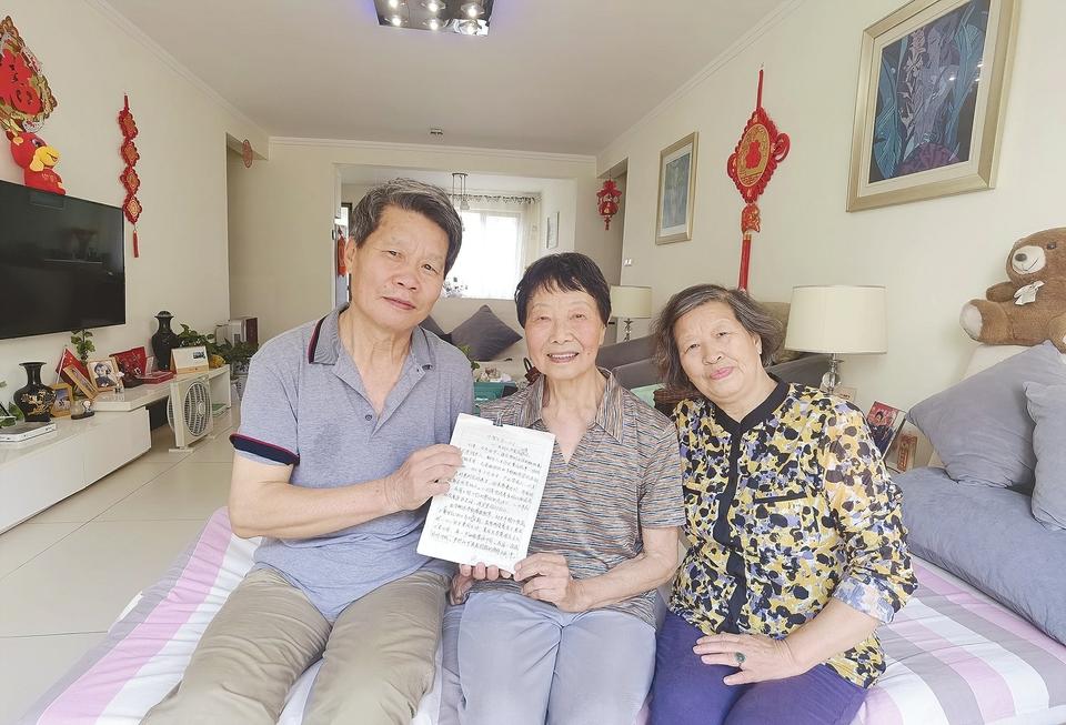 夫妻俩为社区老党员撰写事迹文章