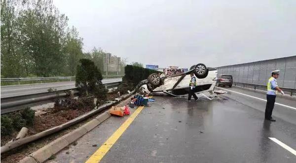 诡异!高速上两车相撞一车凭空消失 竟然是撞到…………