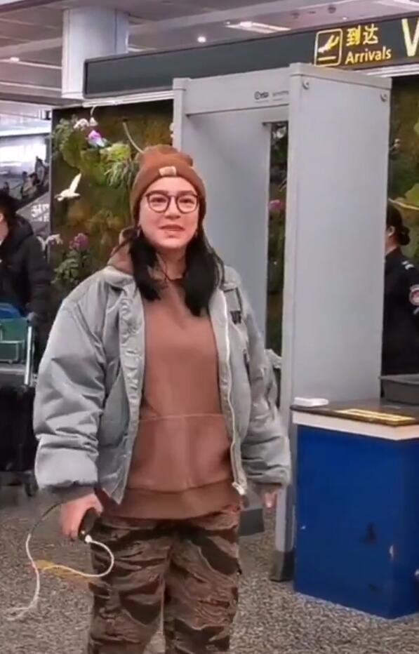 快女冠军江映蓉现身,素颜憔悴发福严重,网友:太壮实!