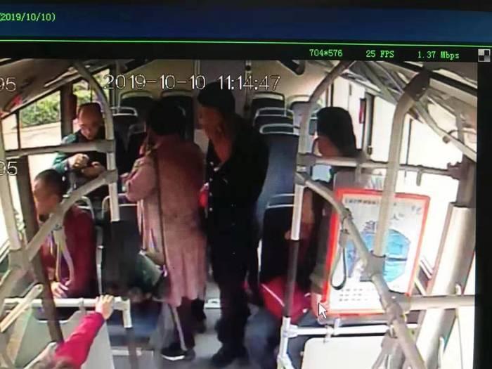 公交车上老人晕倒  济南司机的做法甚是暖心