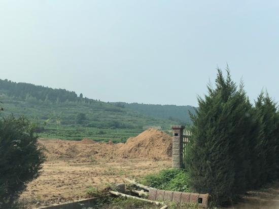 【啄木鸟在行动】平阴县青兰高速下渣土裸露扬尘漫天