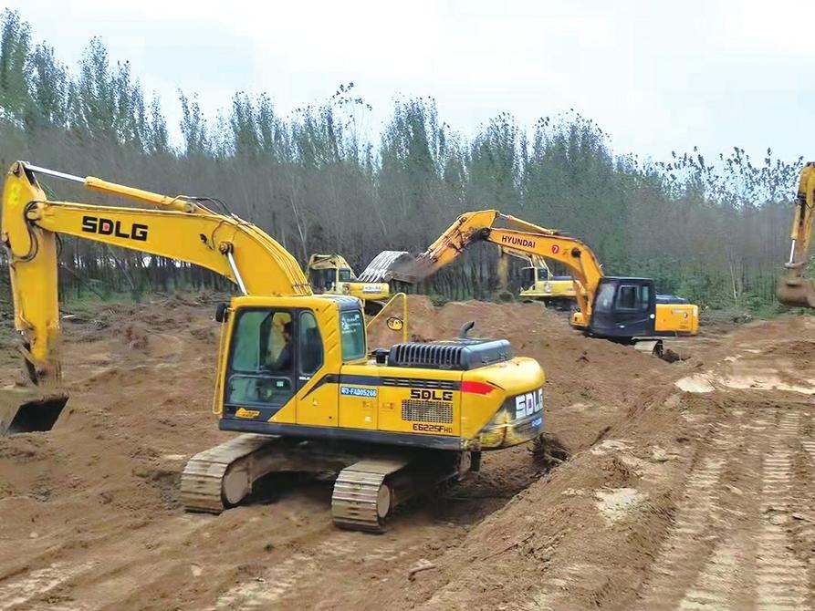 【这就是山东·战秋汛】14台挖掘机36小时筑起1500米临时堤坝