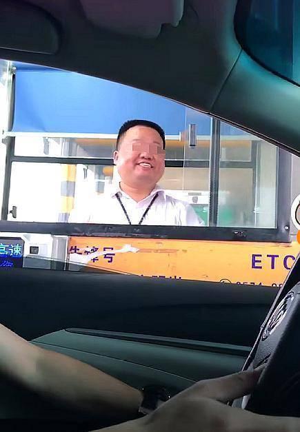 高速收费员假笑遭嘲讽 网友:脸疼啊
