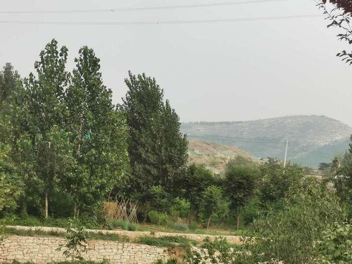 【啄木鸟在行动】G22O国道长清区南山庄园老年公寓附近有大片施工地渣土未覆盖