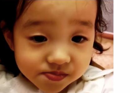 杨威女儿生病仍坚持运动 爸爸边喂药边为其打气