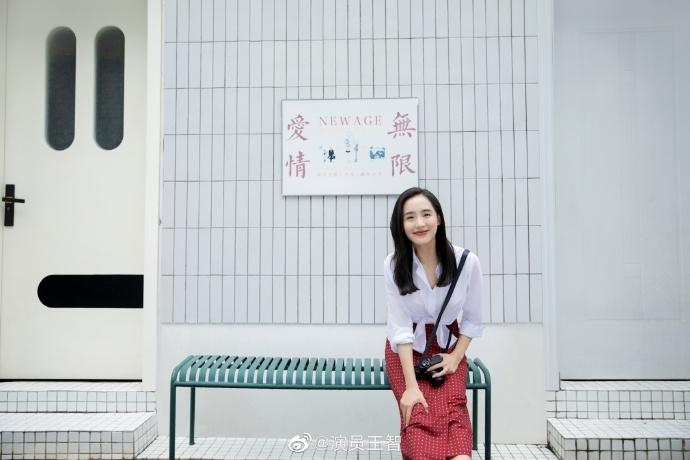 王智穿白衬衫搭红色复古波点裙 笑容灿烂元气满满