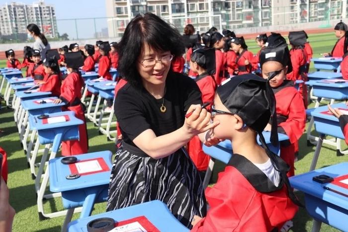 开笔启智 礼润人生――济南市历下区龙德学校一年级学生开笔礼仪式