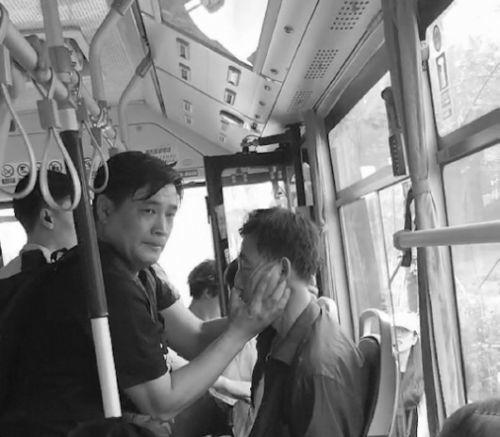 日照一老人车上晕厥,乘客紧急施救 这位好心人你认识吗?