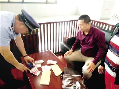 男子将装两万元的包遗忘在安检区 民警5分钟找到
