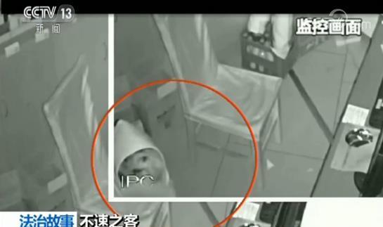 嚣张窃贼行窃中对监控摆挑衅手势 因露出半张脸被抓