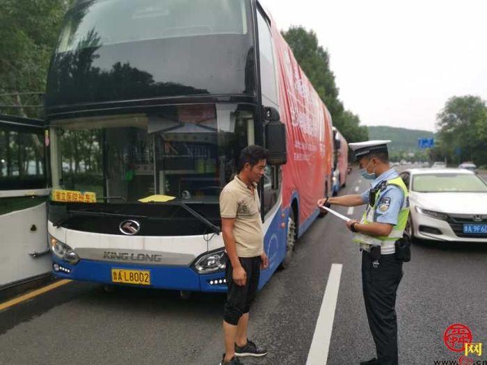 大面积粘贴广告影响安全驾驶 济南交警教育处罚并行