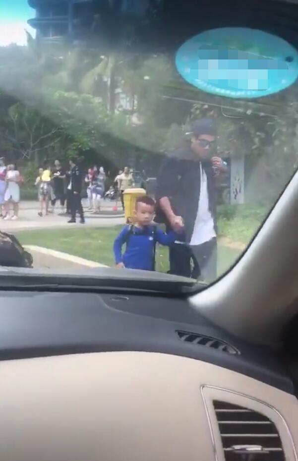 脸都扭了!陈小春接儿子放学被偶遇 Jasper被爸爸遮脸拖着走