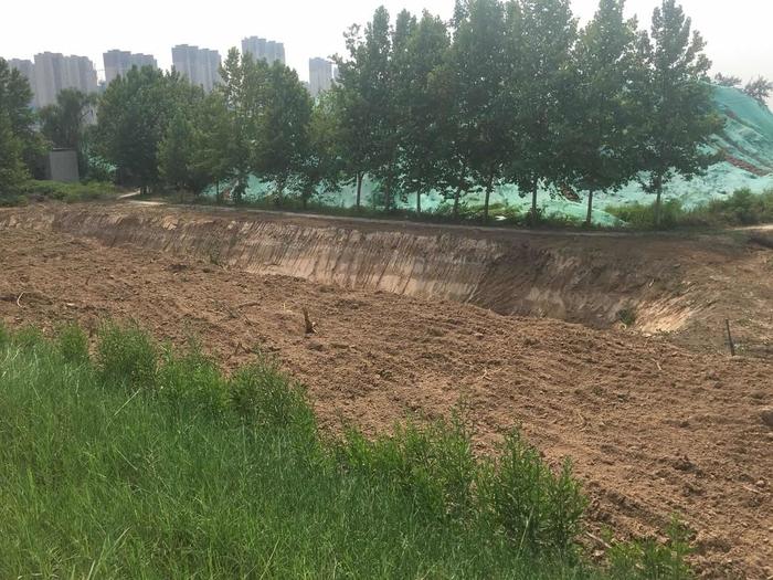 【啄木鸟在行动】荷花路和济广高速交汇处渣土未完全覆盖