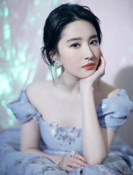 神仙姐姐刘亦菲营业了!淡紫色公主裙超仙儿,生图尴尬了